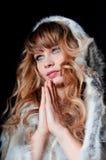 有长的头发的新美丽的妇女在皮大衣 图库摄影