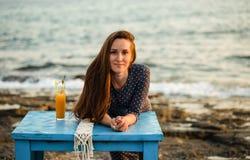 有长的头发的美丽的少妇由海边 库存照片