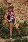 有长的头发的美丽的年轻女牛仔 库存图片