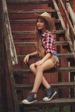 有长的头发的美丽的年轻女牛仔 免版税库存照片