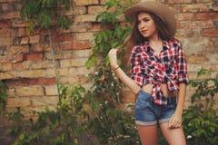 有长的头发的美丽的年轻女牛仔 库存照片