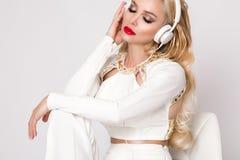 有长的头发的美丽的性感的白肤金发的妇女 图库摄影