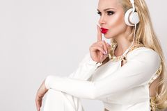 有长的头发的美丽的性感的白肤金发的妇女 免版税库存图片