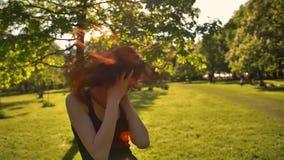 有长的头发的美丽的红头发人女孩享受音乐 股票视频