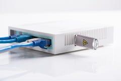 有长的导线的互联网路由器和usb闪光驾驶 免版税库存图片