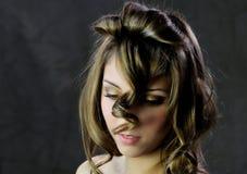 有长的小环的头发的美丽的好妇女 免版税图库摄影