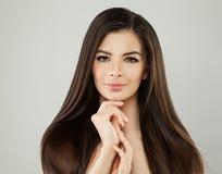 有长的布朗头发的可爱的年轻式样妇女 免版税库存图片