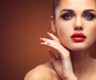 有长的布朗波浪发的秀丽式样妇女 健康头发和美好的专业构成 红色嘴唇和发烟性眼睛 免版税库存图片