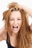 有长的布朗头发的尖叫沮丧的女孩 库存照片