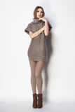 有长的性感的腿的美丽的妇女穿戴了典雅摆在 免版税库存图片