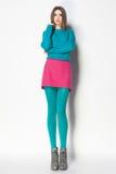 有长的性感的腿的美丽的妇女穿戴了典雅摆在Th 免版税库存图片