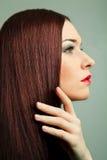 有长的棕色头发和红色嘴唇的妇女。 免版税库存照片