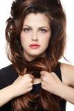 有长的棕色头发的妇女 免版税库存照片