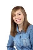 有长的棕色头发的微笑的美丽的十几岁的女孩 免版税库存图片