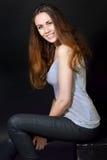 有长的棕色头发的美丽的女孩在便衣 库存图片
