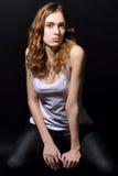 有长的棕色头发的美丽的女孩在便衣 免版税库存照片