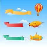 有长的横幅的减速火箭的航空器在天空背景的文本的  免版税库存图片