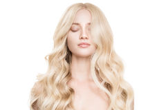 有长的波浪发的美丽的年轻白肤金发的妇女 免版税库存图片
