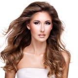 有长的波浪棕色头发的美丽的妇女 库存照片
