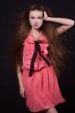 有长的流动的头发的美丽的女孩 库存照片