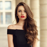 有长的深色的卷发的美丽的妇女 图库摄影