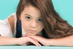 有长的深色的头发姿势的小女孩 库存照片