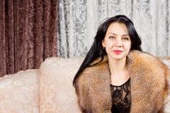毛皮衣领的美丽的妇女 免版税库存照片