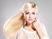 有长的头发和时尚构成的美丽的妇女。 免版税库存照片