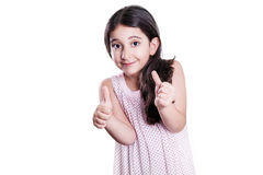有长的看与赞许的黑发和礼服的美丽的愉快的小女孩照相机 免版税库存照片
