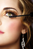 有长的睫毛和染睫毛油的妇女 免版税图库摄影