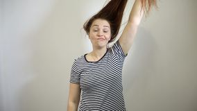 有长的红色头发的惊奇的和震惊年轻白种人妇女 股票视频
