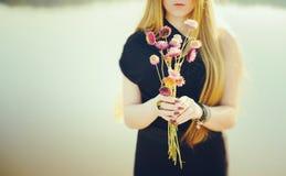 有长的红色头发和干花的异常的哥特式女孩 库存照片