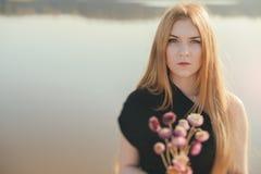 有长的红色头发和干花的异常的哥特式女孩 免版税库存图片