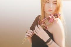 有长的红色头发和干花的异常的哥特式女孩 图库摄影