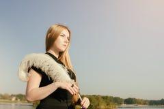 有长的红色头发和羽毛的异常的哥特式女孩 免版税库存照片