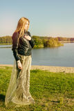 有长的红色头发的异常的哥特式女孩在湖反射 库存图片