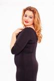 有长的红色头发的时髦的美丽的妇女 免版税库存照片