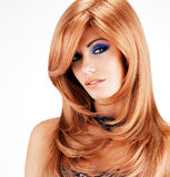 有长的红色头发的美丽的妇女有蓝色构成的 库存图片