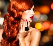 有长的红色头发的美丽的肉欲的妇女。 免版税库存照片