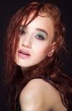有长的红颜色直发和样式构成的美丽的妇女 免版税库存照片