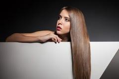 有长的美丽的头发的特写镜头少妇 免版税库存图片