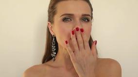 有长的耳环的华美的美丽的女孩做一个亲吻往照相机在白色背景, 1920x1080, 股票视频
