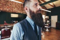 有长的胡子的严肃的男性理发师 免版税库存照片