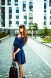 有长的腿的年轻可爱的妇女有在一身蓝色庄重装束的长的头发的与配刀腰带 库存图片