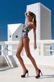 有长的腿的性感的时尚妇女在泳装,在鞋子,室外 免版税库存图片
