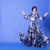 有长的蓝色飞行礼服的妇女在演播室照片 库存照片