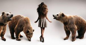 有长的蓬松偶然头发和熊的妇女 免版税库存照片