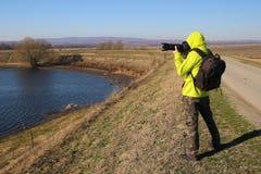 有长的透镜的野生生物摄影师 库存照片