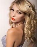 有长的金发和明亮的晚上构成的美丽的少妇 免版税库存照片