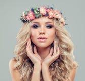 有长的金发和构成的逗人喜爱的白肤金发的妇女 库存图片